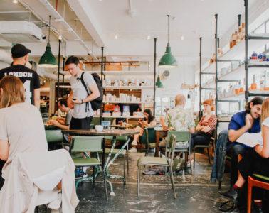 Invités dans un café moderne