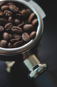 Grains de café dans un moulin à café