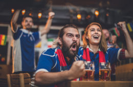 Supporters de foot dans un bar